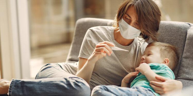 Mamă care are grijă de copilul răcit. Foto: freepik.com / prostooleh